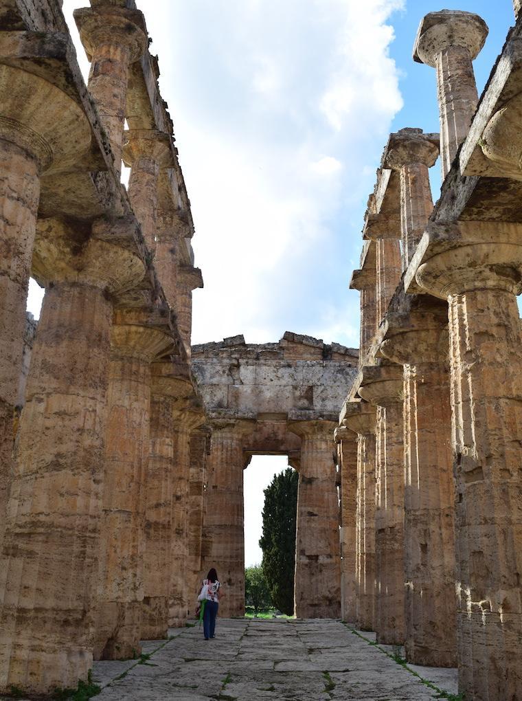 paestum italia templo dentro pessoa