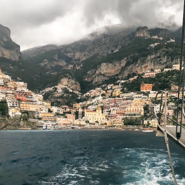 positano costa amalfitana itália barco chuva
