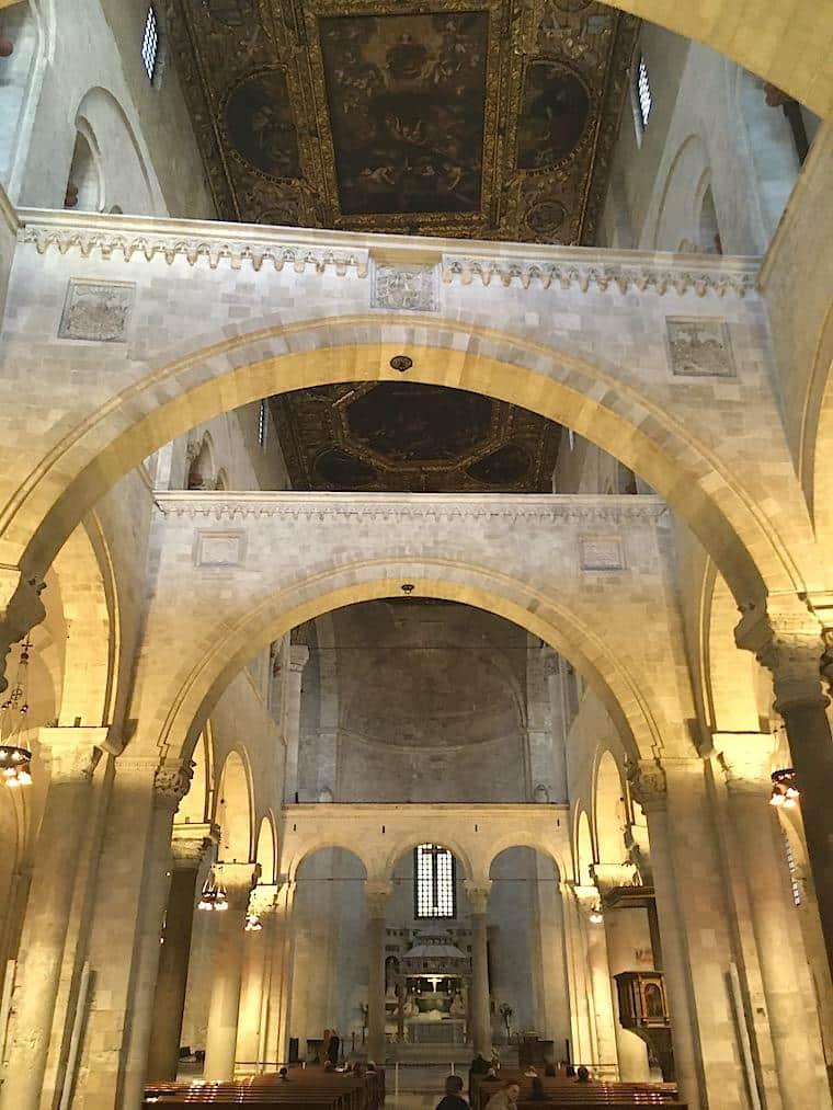 bari italia dentro da basilica