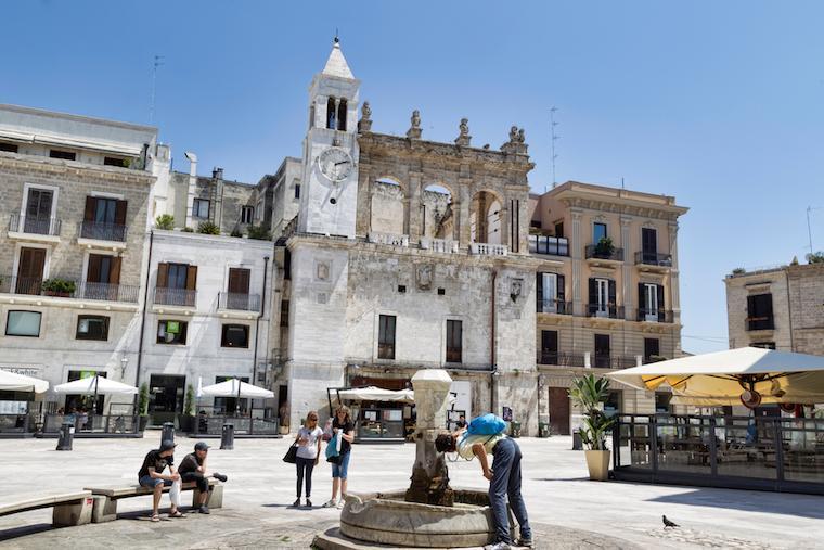 bari italia piazza ferrarese