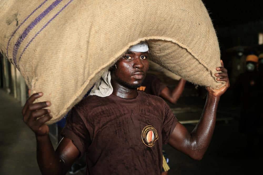 Empregado na indústria de Cacau em Gana