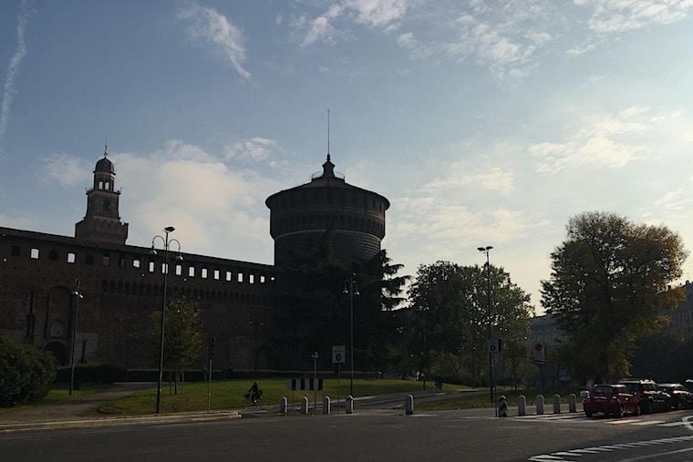 Castelo Sforzesco em Milão contra luz