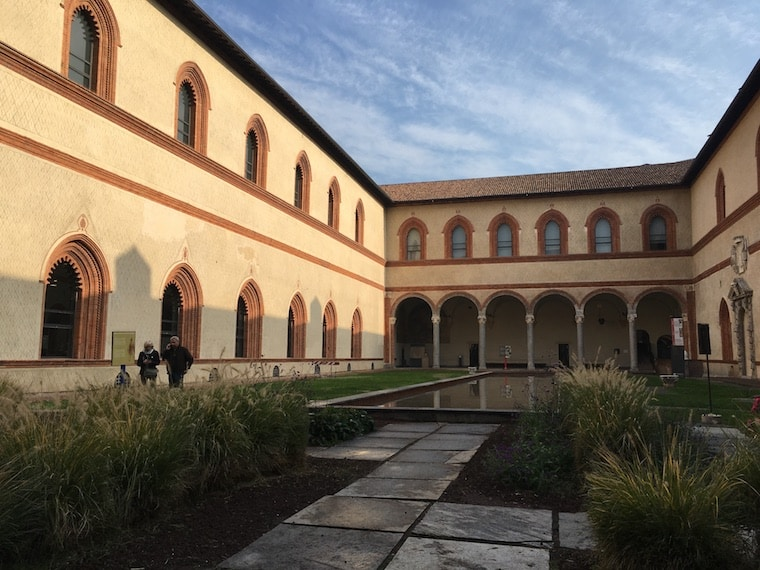 Castelo Sforzesco em Milão patio museu arqueologico