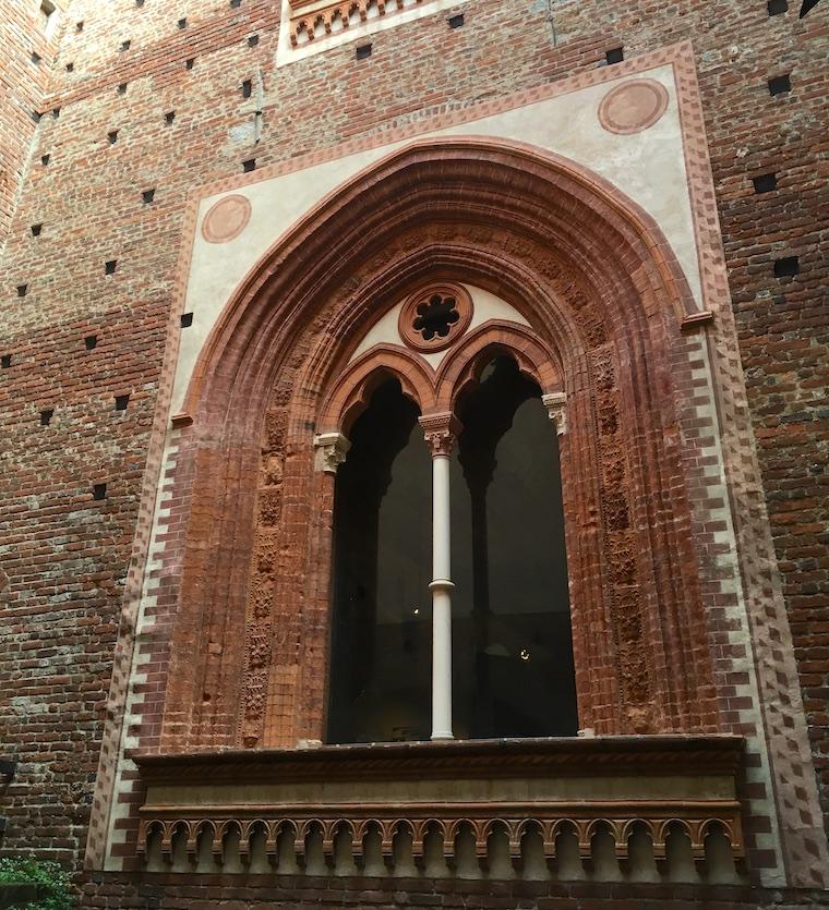 castelo sforzesco em milão detalhe janela