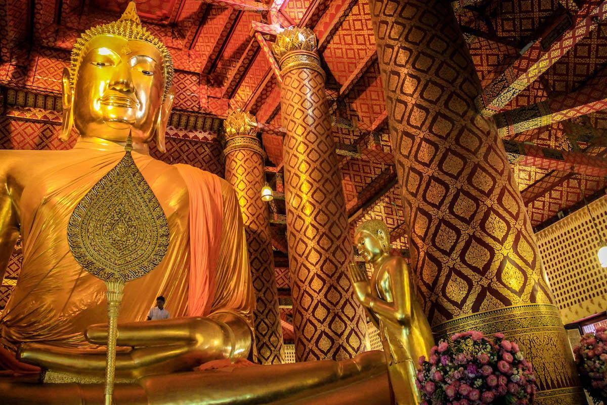 Cerimônia Budista em templo de Ayutthaya