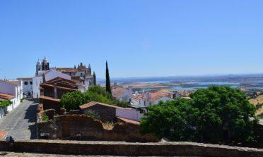 A vila e castelo de Monsaraz, no Alentejo, Portugal