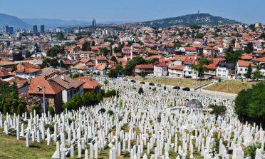Cem mil túmulos e as histórias da guerra da Bósnia
