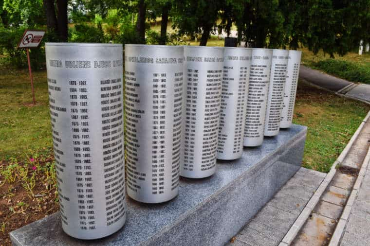 guerra da bosnia monumento criancas