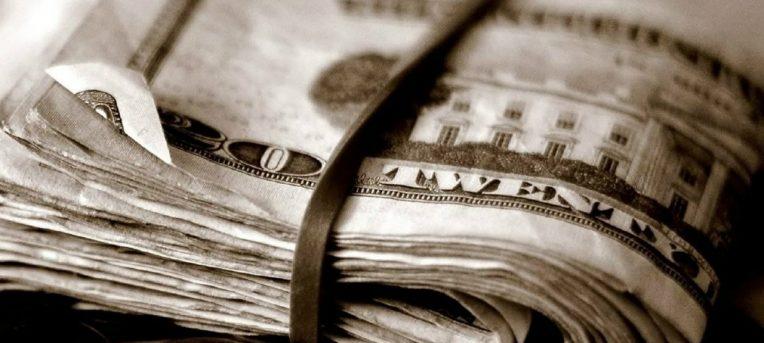 Por que (quase sempre) vale mais a pena levar dólares e euros nas suas viagens