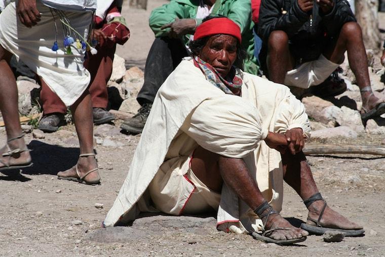 Senhor com as típicas roupas Rarámuri, no noroeste do México
