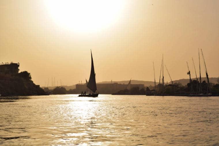 por do sol no rio nilo