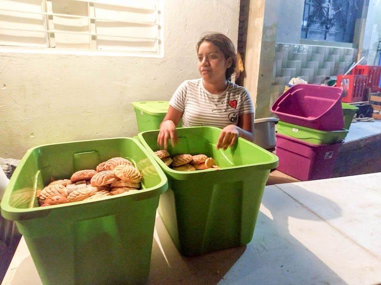 Distribuição de pães na cozinha comunitária de Juchitán, após o terremoto - México