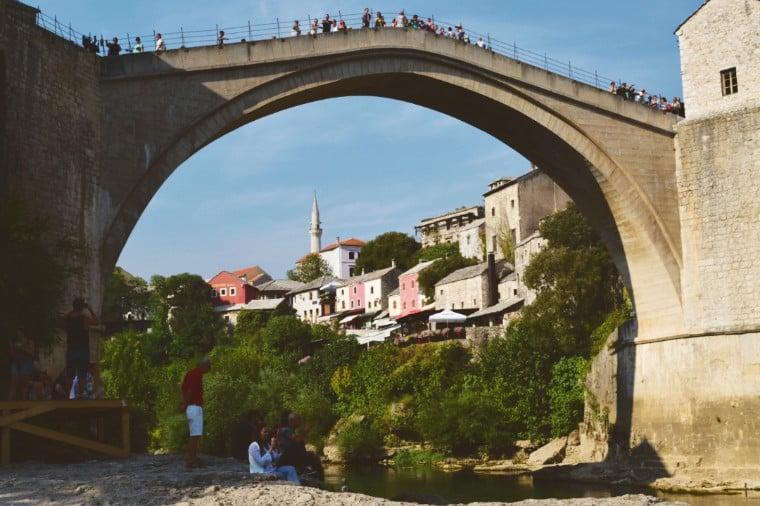 mostar bosnia herzegovina embaixo da ponte