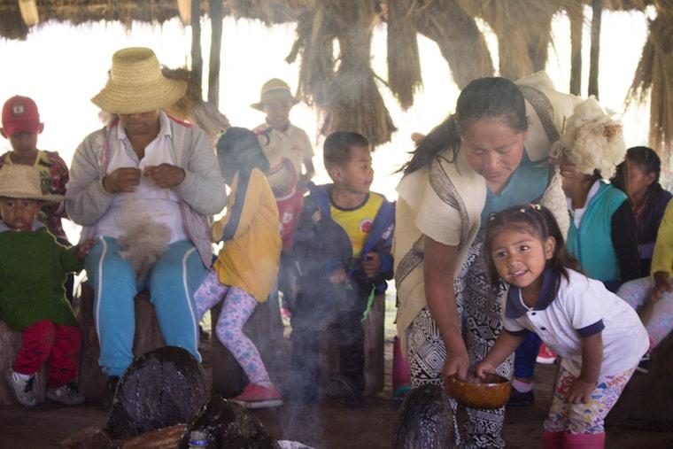 Reunião entre membros da comunidade Nasa, na Colômbia