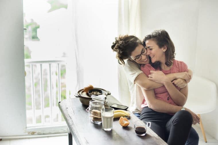 casal lésbicas filme com amor simon
