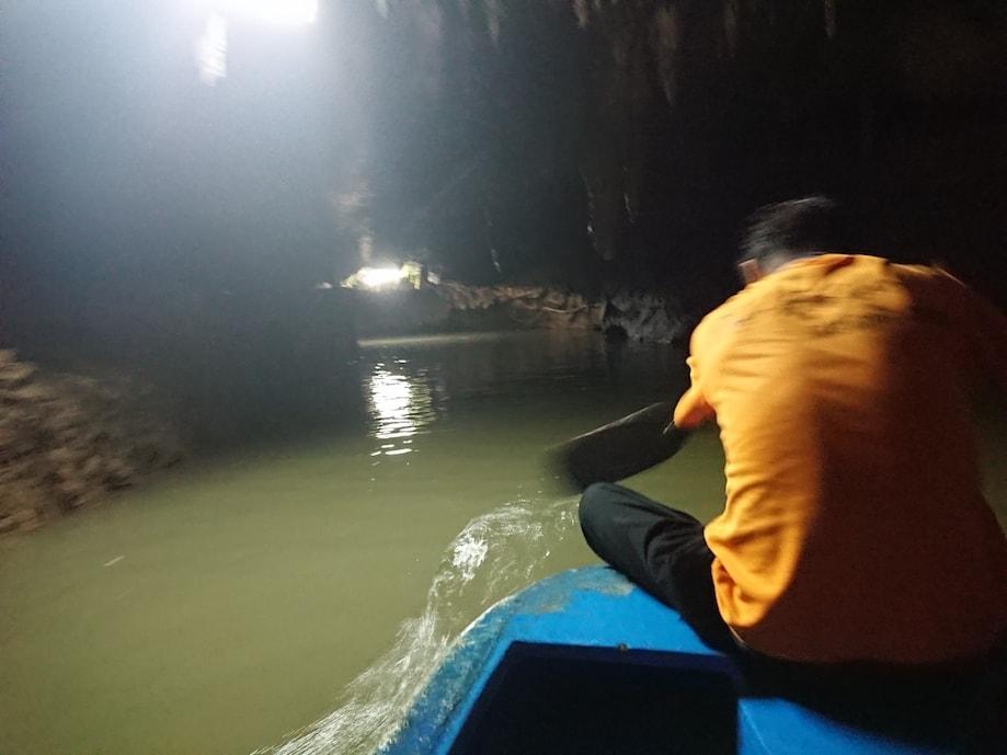 Passeio de barco em uma caverna de Trang, Tailândia