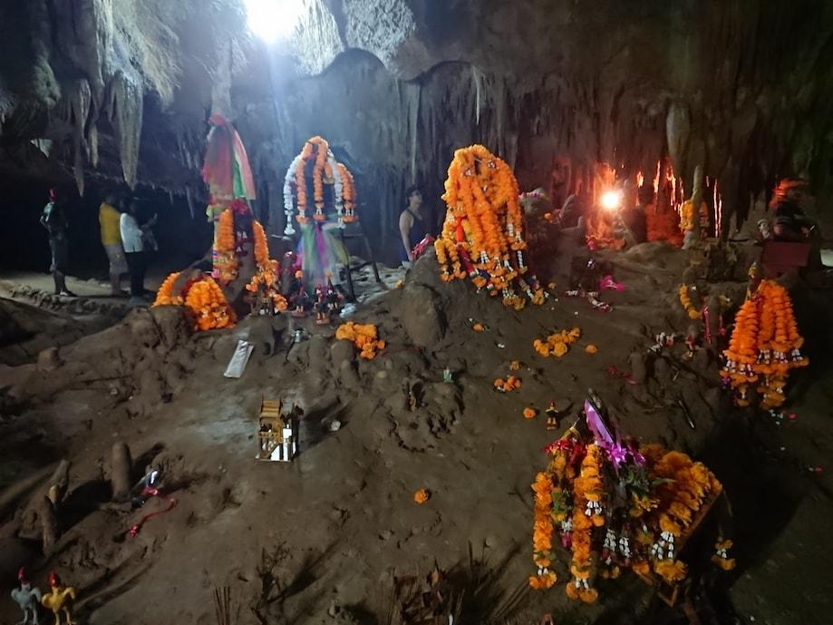 Trang guarda templos budistas em suas cavernas