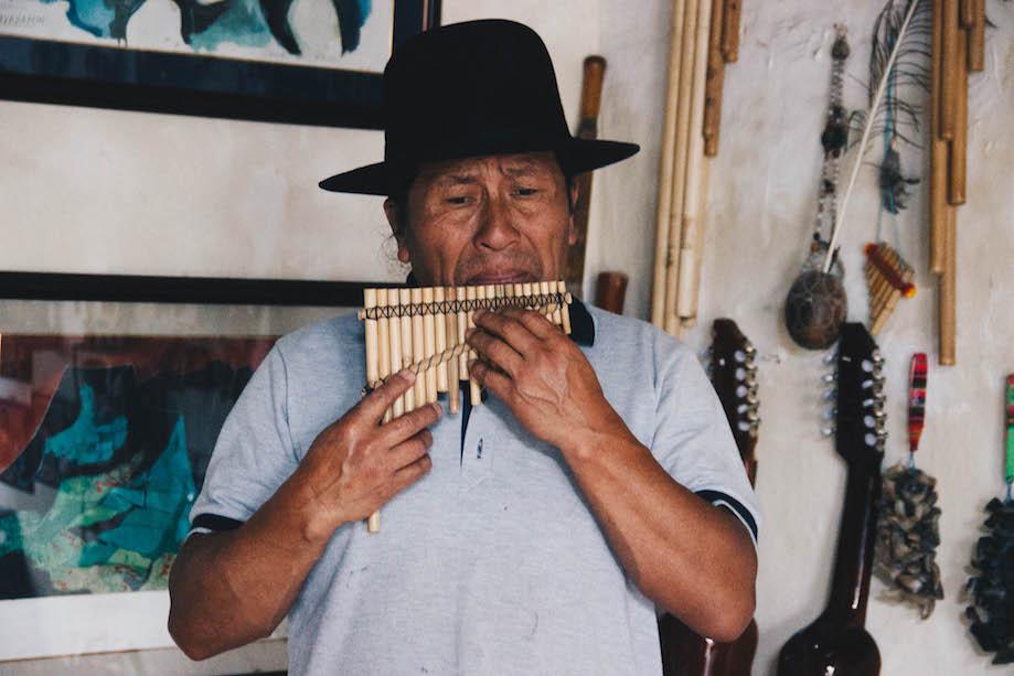Musico do Ñanda Mañachi em Otavalo, Equador