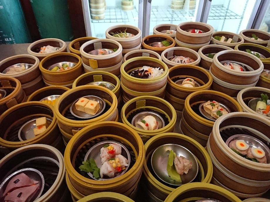 Comida local a venda em um dos restaurantes de Trang, na Tailândia