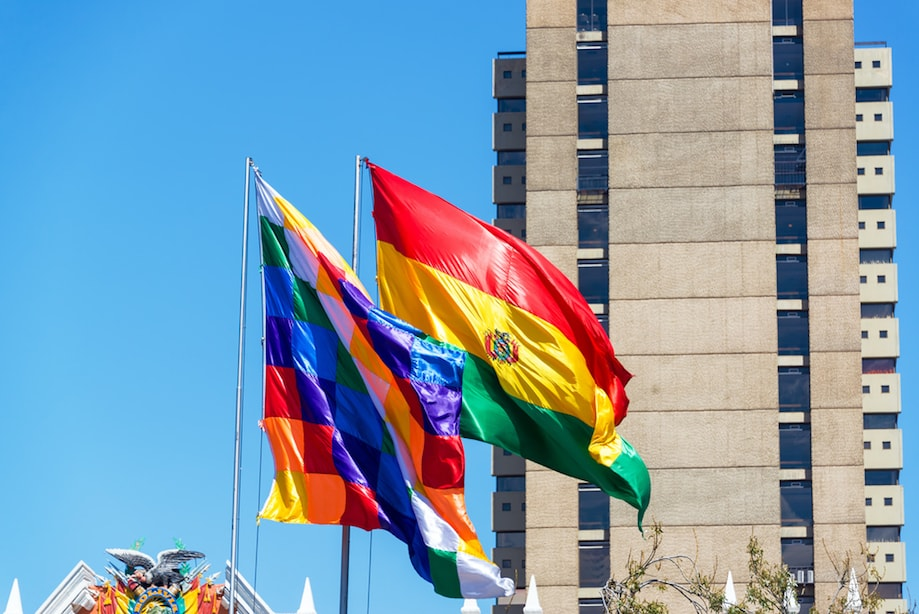 Whipala hasteada ao lado da bandeira boliviana