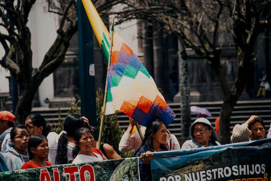 Whipala sendo erguida em protesto no Equador