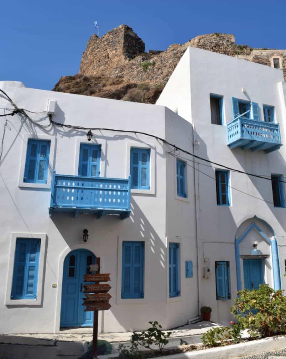 Ilha de Nisyros Grecia casas brancas e castelo