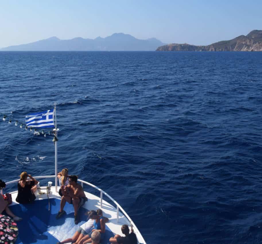 Ilha de Nisyros Grecia ferry barco aproximando