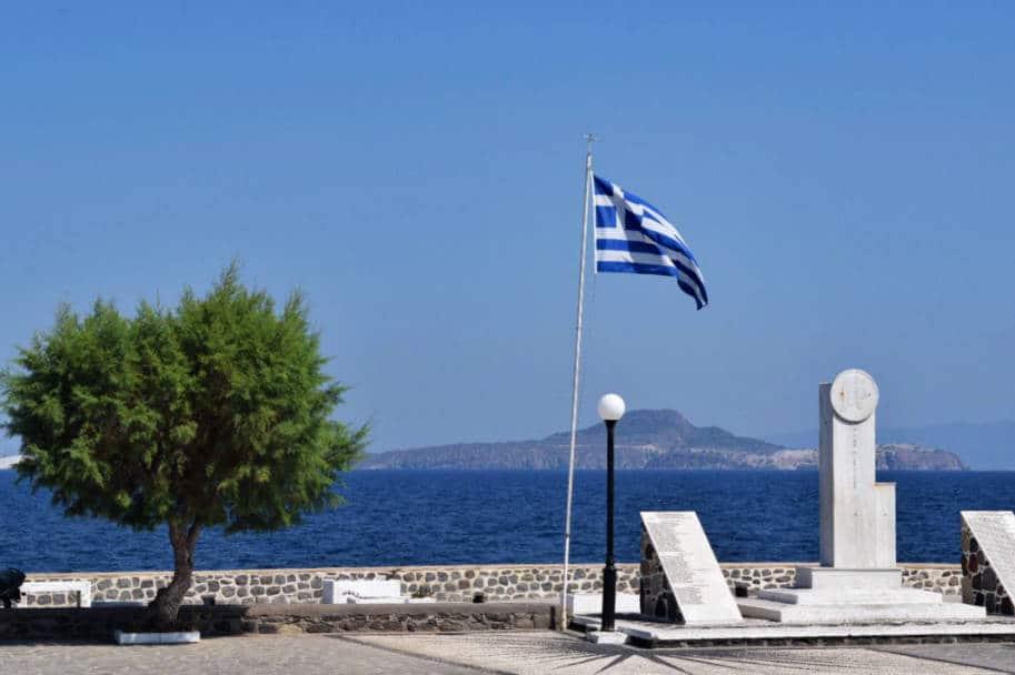 Ilha de Nisyros Grecia mar e bandeira