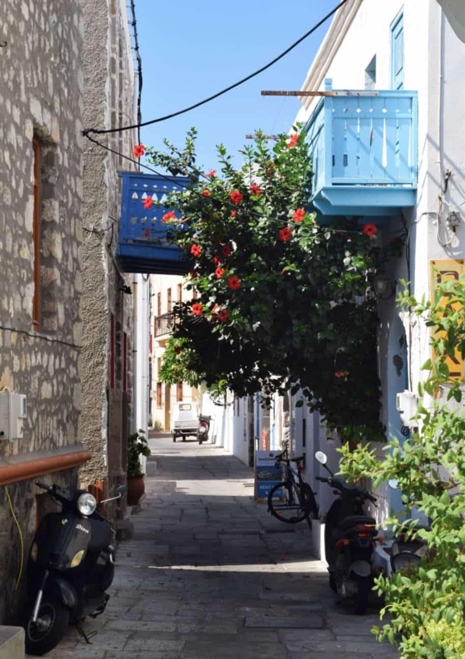 Ilha de Nisyros Grecia rua e motos