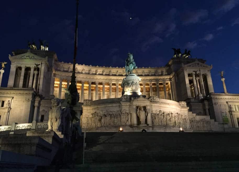 Monumento a Vittorio Emanuelle em Roma foto noturna