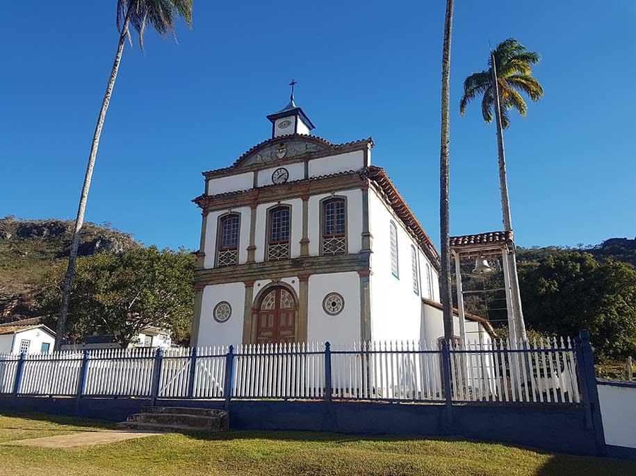 igreja de Biribiri, do século 19. Tem palmeiras imperiais ao seu redor.