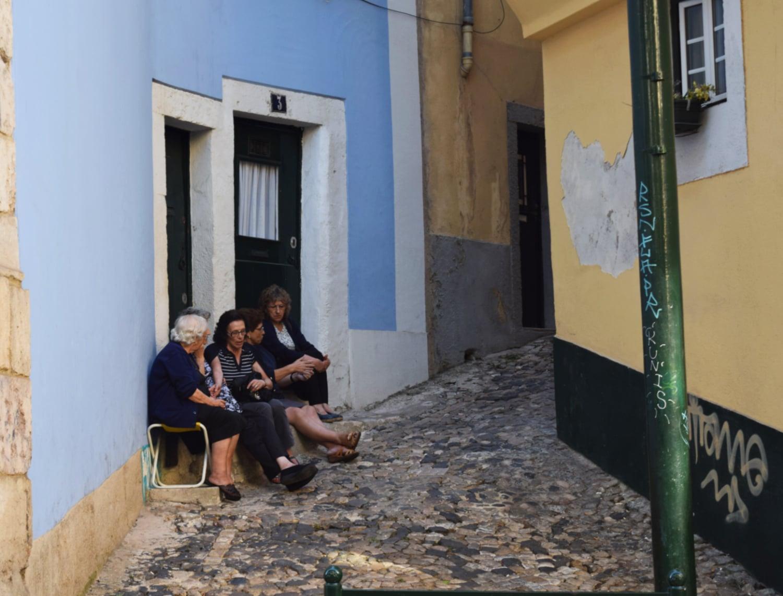 Bairro alfama em Lisboa. Senhoras sentadas na porta de casa