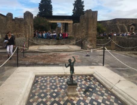 casa do fauno fonte ruinas de pompeia italia