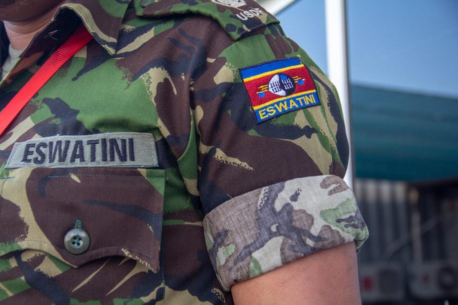 Soldado exibe emblema com novo nome da Suazilandia, ESwatini