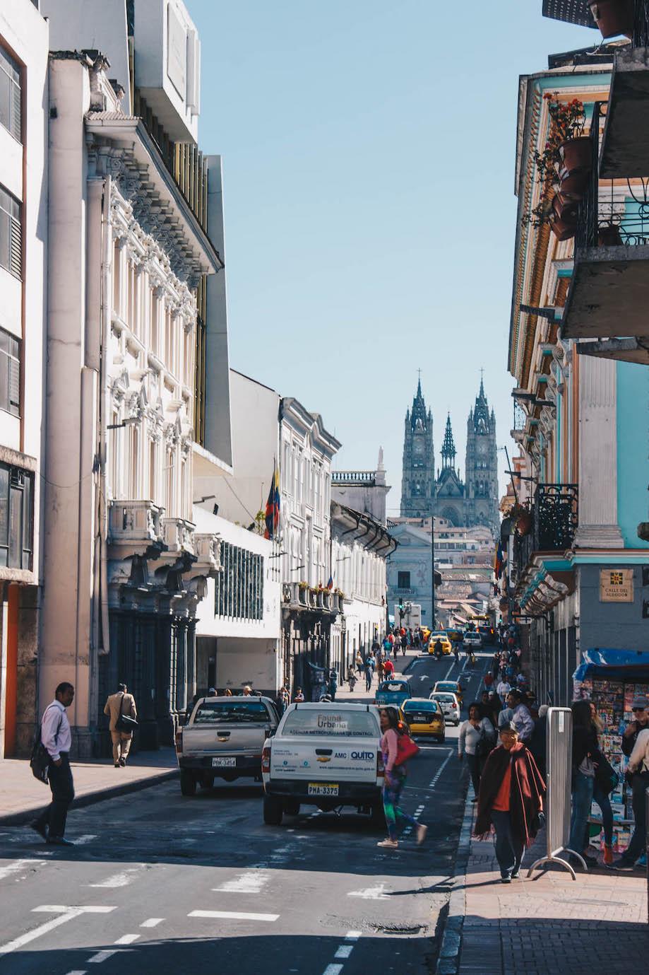 Viagem para o Equador: fotografia de uma movimentada rua em Quito, com a Catedral ao fundo