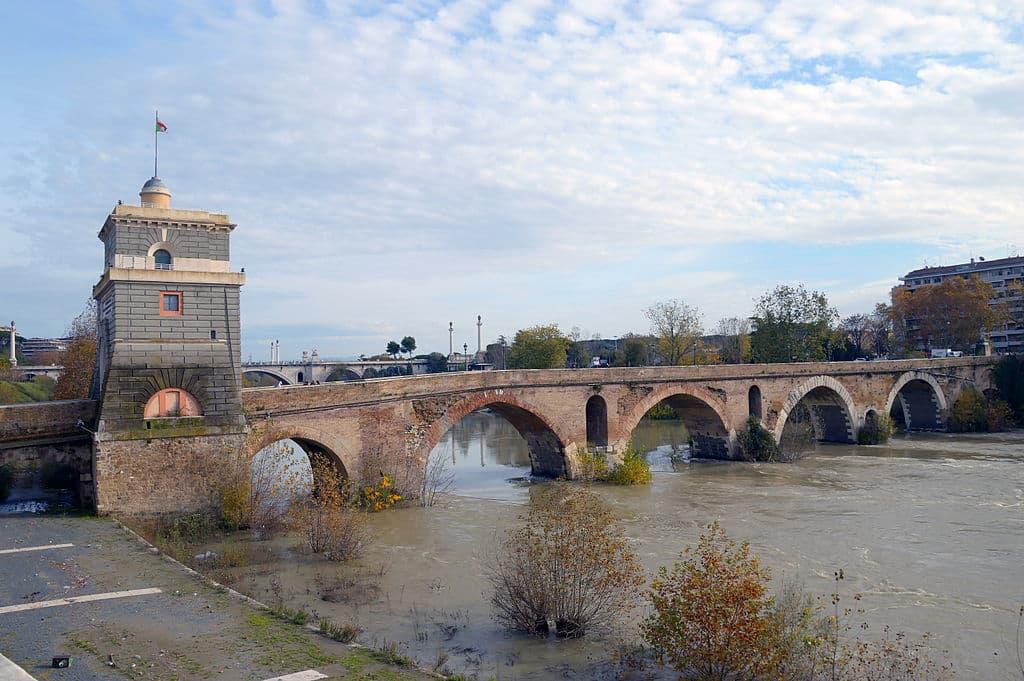 Ponte Mílvia, em Roma, com seus arcos de pedra