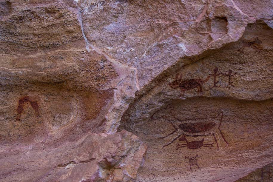 Pintura rupestre: dois veados, caça ao tatu e beijo