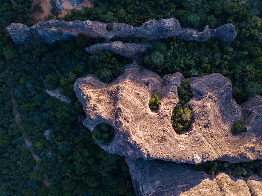 Vista de drone da formação geológica da Serra da Capivara