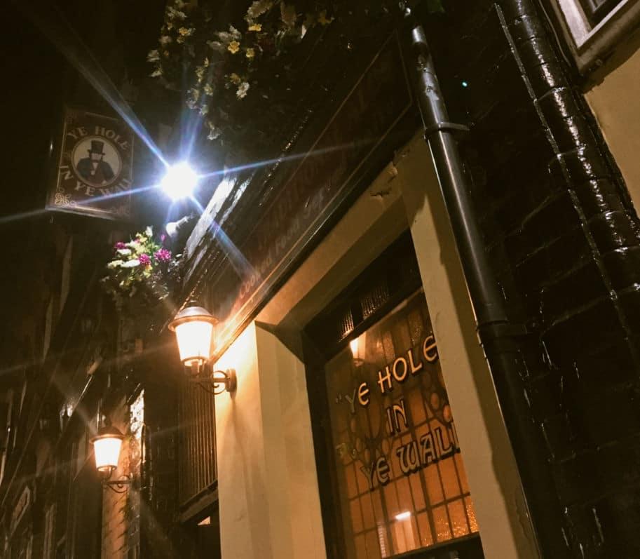 fachada e placa de um pub ingles