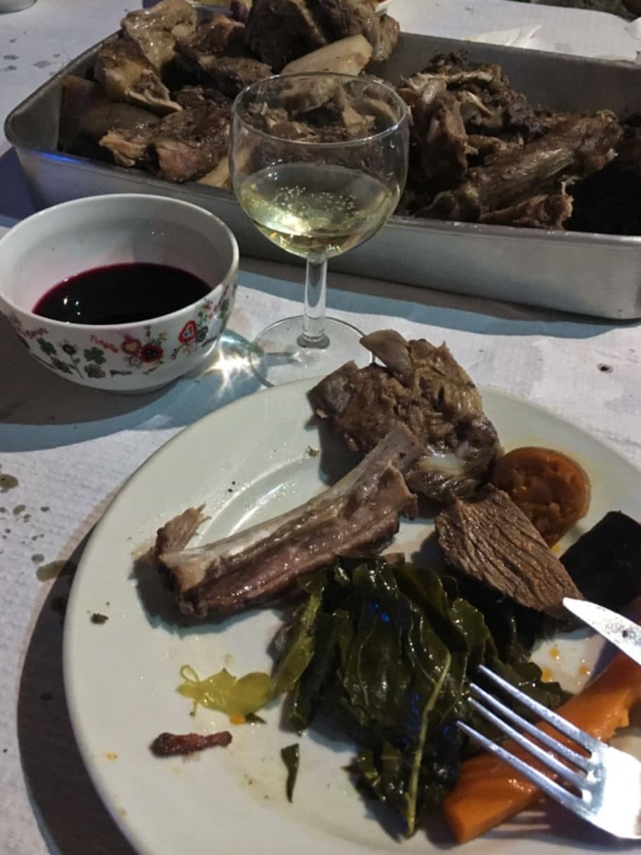 mesa tipica portugesa com comida e vinho