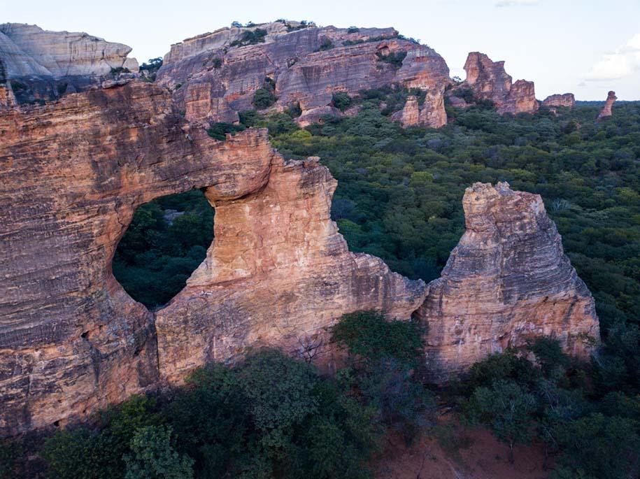 Pedra Furada com a caatinga ao fundo