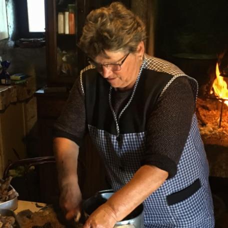 senhora portuguesa preparando comida