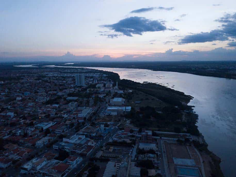 vista aérea do vale do São francisco, com rio e cidade abaixo