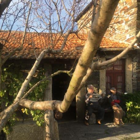 velhinhos habitantes da aldeia historica portuguesa quintandona