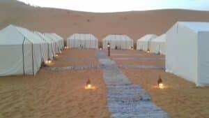 vista geral do acampamento no deserto do saara durante o dia