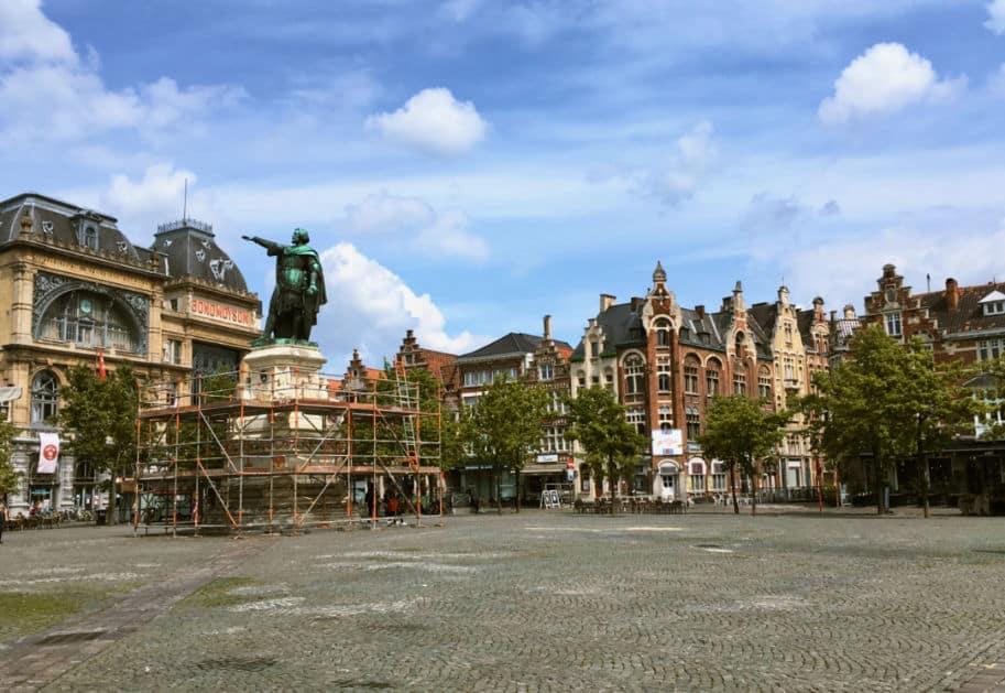 Praça Vrijdagmarkt em Gent