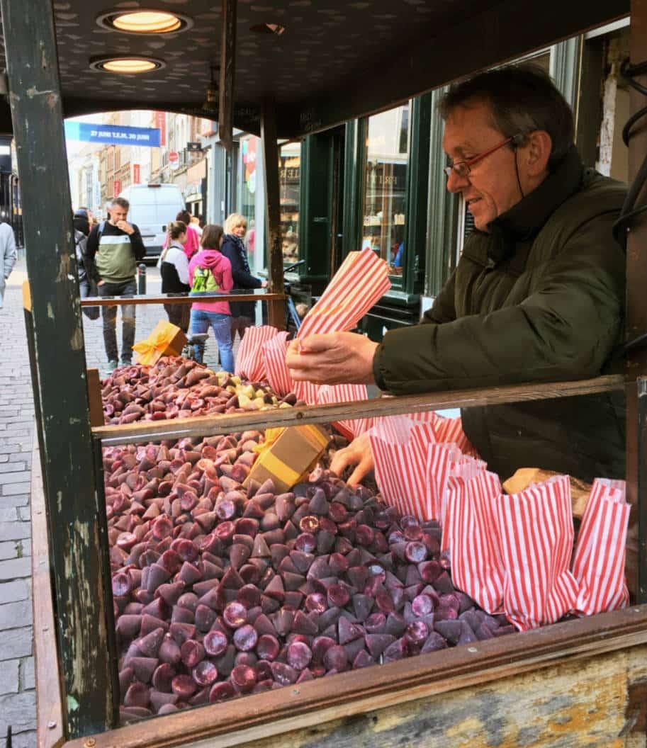 Vendedor de doces cuberdons em Ghent