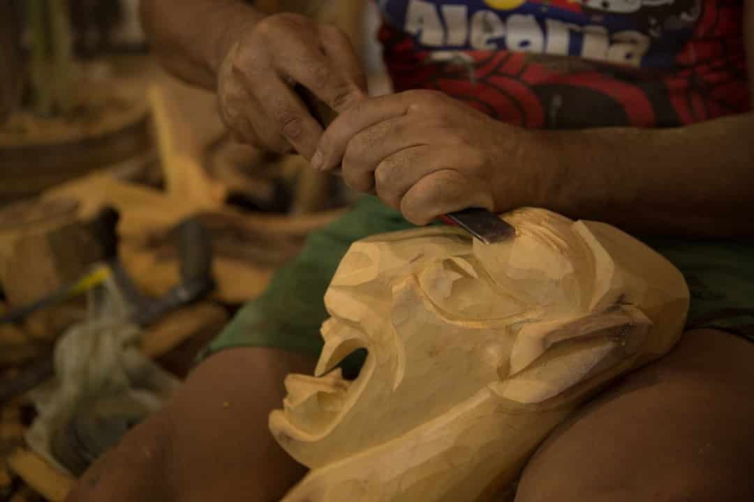 artesão trabalha em carranca