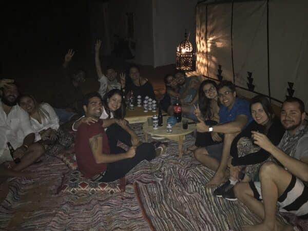 festa para os turistas no deserto do saara