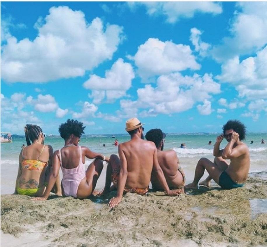 black bird- turma de amigos na praia, ceu azul